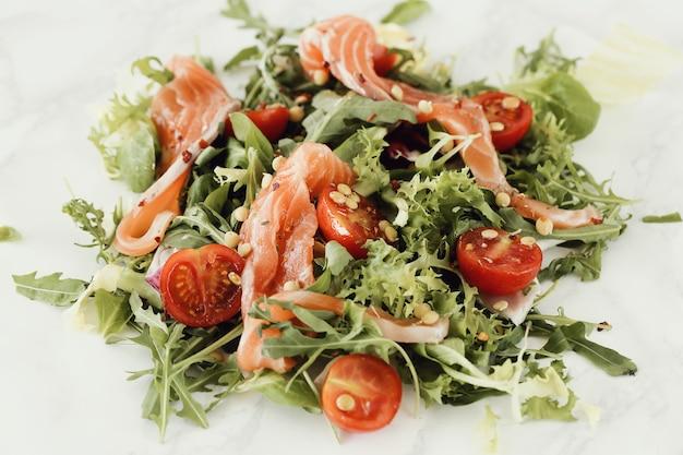 Sałatka z pomidorami wiśniowymi