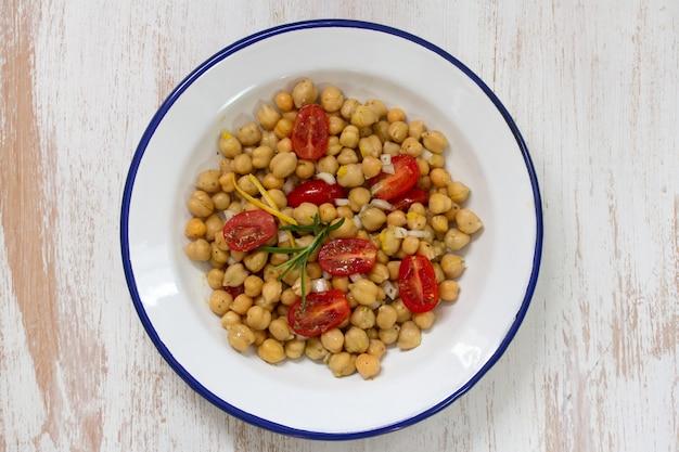 Sałatka z pomidorów i ciecierzycy na talerzu