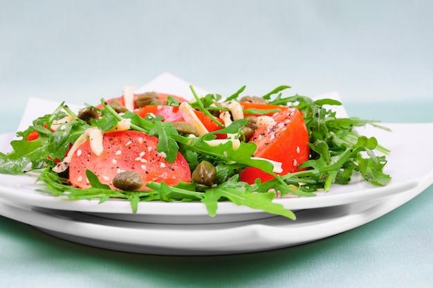 Sałatka z pomidorów z liśćmi rukoli z serem i sezamem