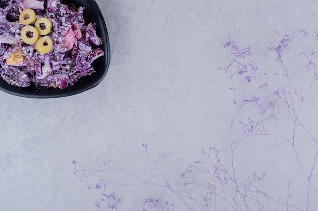 Sałatka z posiekaną i posiekaną fioletową cebulą i kapustą