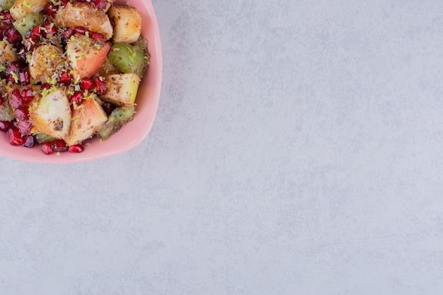 Sałatka z posiekanymi owocami i przyprawami