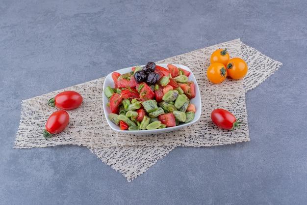 Sałatka z posiekanymi pomidorami, fasolką szparagową i ziołami
