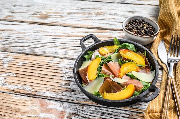 Sałatka z prosciutto crudo, rukolą, brzoskwinią i parmezanem