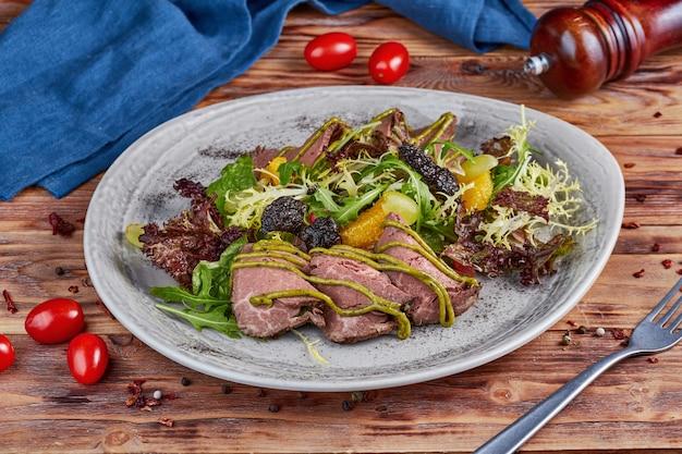 Sałatka z rostbefem i miodowo musztardowym sosem, drewniana