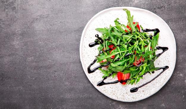 Sałatka z rukolą, świeże pomidory czereśniowe