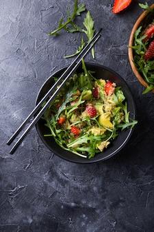 Sałatka z rukoli z nasionami komosy ryżowej, truskawki, miodu i chia.