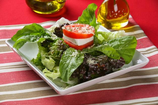 Sałatka z sałaty i pomidorów.