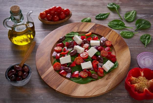 Sałatka z serem ze szpinakiem i oliwkami