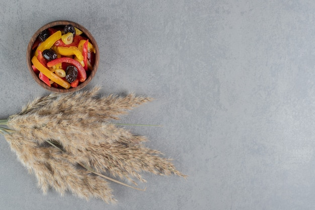 Sałatka z siekanej kolorowej papryki z marynowanymi oliwkami