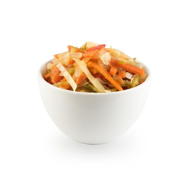 Sałatka z siekanych marynowanych warzyw zmieszanych z olejem i octem. zdrowa żywność fermentowana na białym tle widok z góry