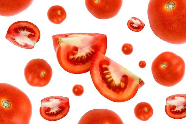 Sałatka z spadających pomidorów na białym tle