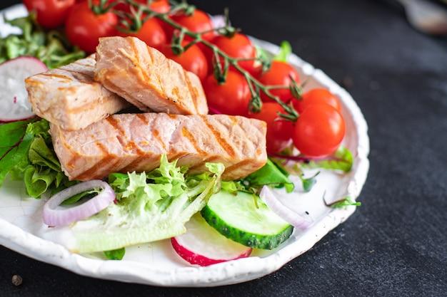 Sałatka z tuńczyka i warzywami mix z owoców morza liście zielony pomidor koktajlowy zdrowa dieta posiłek przekąska