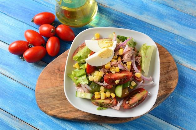 Sałatka z tuńczyka z sałatą, jajkiem i pomidorami, ogórkiem, kukurydzą i czerwoną cebulą