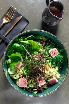 Sałatka z tuńczyka ze szpinakiem, wodorostami z cukinii i fasolą