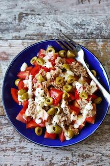 Sałatka z tuńczykiem, oliwkami i sosem tatarskim