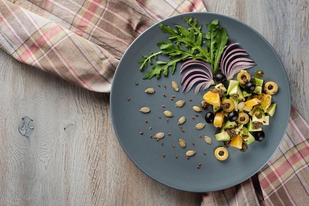 Sałatka z warzyw i owoców jest oryginalnie dekorowana.