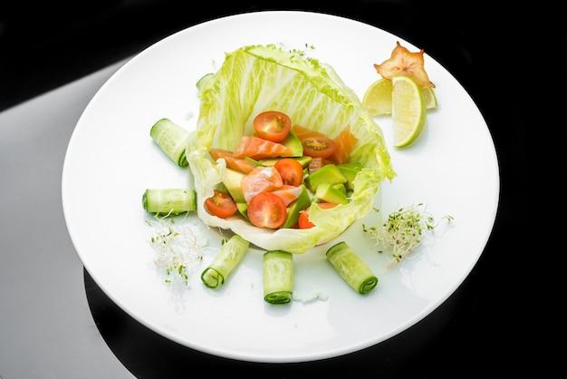Sałatka z warzyw liściastych z wędzonym łososiem