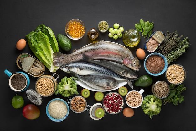 Sałatka z warzyw, papierowa torba, okrągła rama, składniki sałatki, drewniane tła, rama