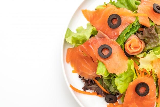 Sałatka z wędzonego łososia - zdrowa żywność