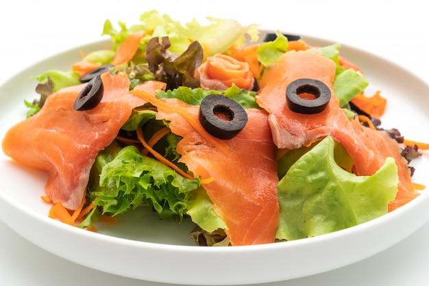 Sałatka z wędzonego łososia - zdrowy styl jedzenia