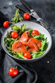 Sałatka z wędzonym łososiem, rukolą, awokado i pomidorkami koktajlowymi
