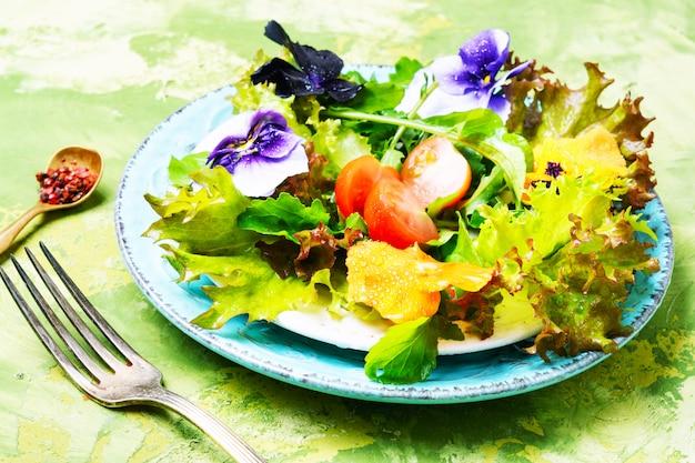 Sałatka z wiosennych kwiatów