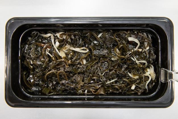 Sałatka z wodorostów chuka wakame laminaria z rybą