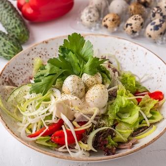 Sałatka z wołowiną, warzywami i jajkami przepiórczymi.