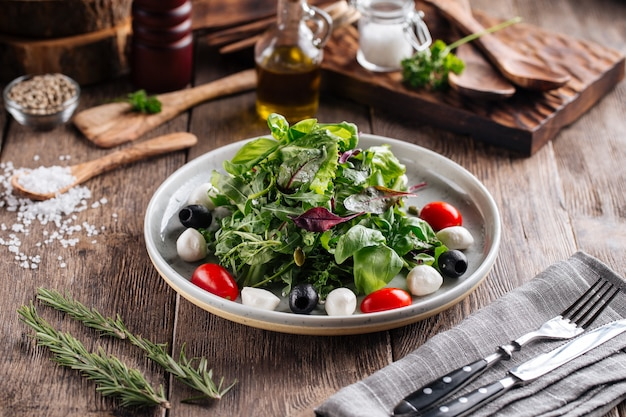 Sałatka z zielonymi oliwkami mozzarella i pomidorami