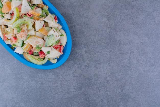 Sałatka z ziołami i warzywami na półmisku
