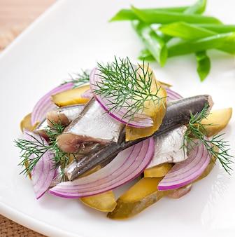 Sałatka ze śledzia z marynowanymi ogórkami i cebulą