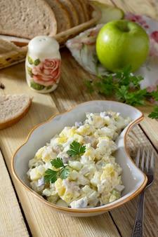 Sałatka ze śledziem, jajkami, jabłkami i ziemniakami