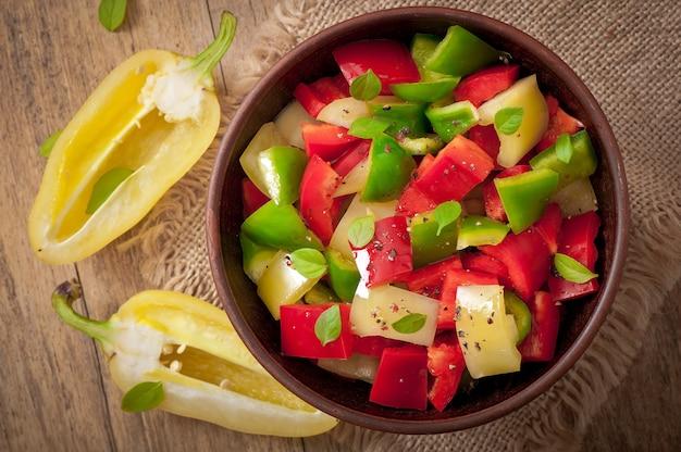 Sałatka ze słodkich kolorowych papryki z oliwą z oliwek
