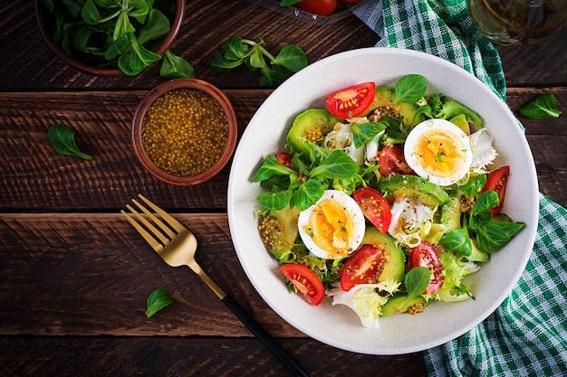 Sałatka ze świeżego awokado z pomidorem, awokado, gotowanymi jajkami i świeżą sałatą