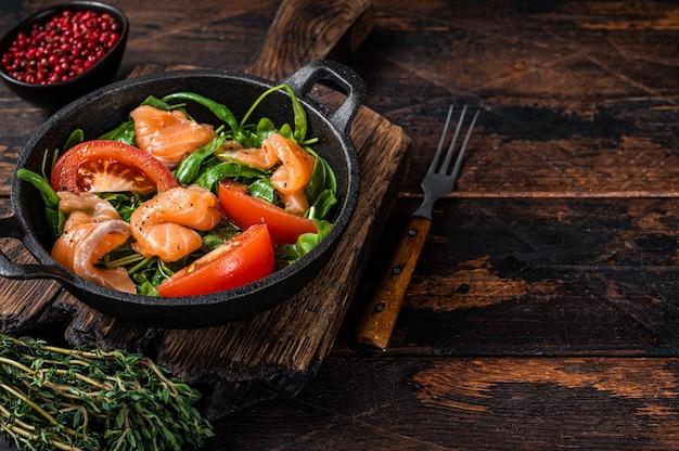 Sałatka ze świeżego łososia z rukolą, pomidorem i zielonymi warzywami