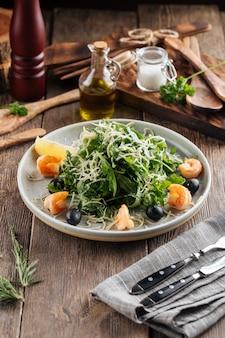 Sałatka ze świeżej rukoli z krewetkami i oliwkami