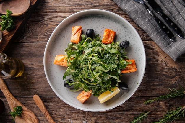 Sałatka ze świeżej rukoli z łososiem i oliwkami