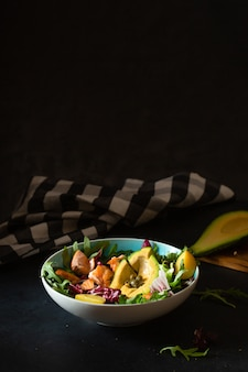 Sałatka ze świeżej sałaty z awokado
