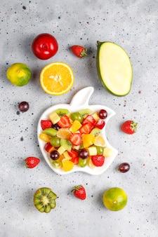 Sałatka ze świeżych owoców i jagód, zdrowe odżywianie.