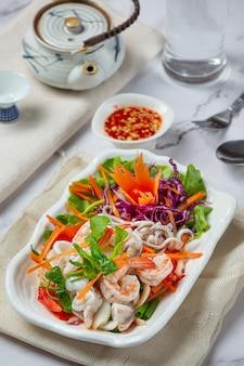 Sałatka ze świeżych owoców morza, pikantne i tajskie jedzenie.