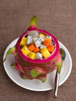 Sałatka ze świeżych owoców tropikalnych w owocach smoka