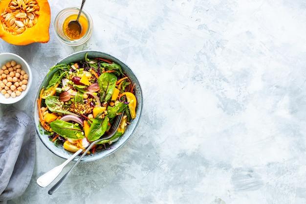 Sałatka ze świeżych warzyw i dyni w talerzu