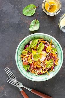 Sałatka ze świeżych warzyw i owoców w talerzu