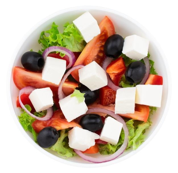 Sałatka ze świeżych warzyw na białym tle (sałatka grecka)