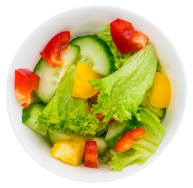 Sałatka ze świeżych warzyw na białym tle.