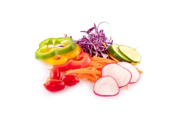 Sałatka ze świeżych warzyw na białym tle