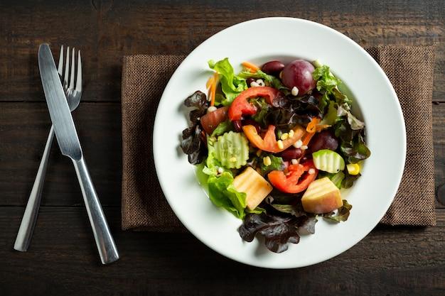 Sałatka ze świeżych warzyw na drewno.