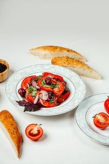 Sałatka ze świeżych warzyw na stole