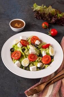 Sałatka ze świeżych warzyw na talerzu. koncepcja zdrowej żywności.