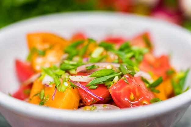 Sałatka ze świeżych warzyw rustykalnych na tle rustykalnym